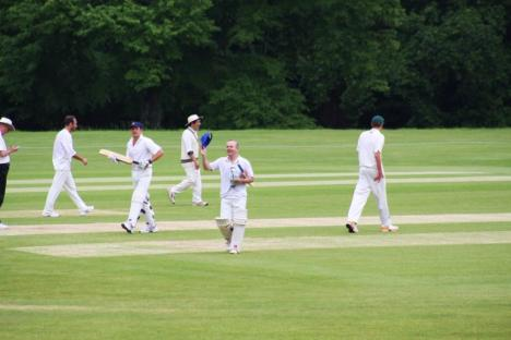 8 - Ian acknowledges the applause of the Arundel crowd.JPG